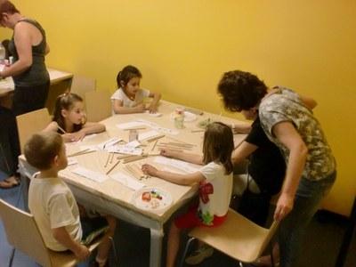 Bona acollida del taller infantil de punts de llibre a la Biblioteca