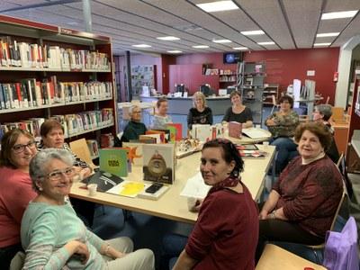 Cafè Club a la Biblioteca de Juneda amb àlbums i llibres il·lustrats