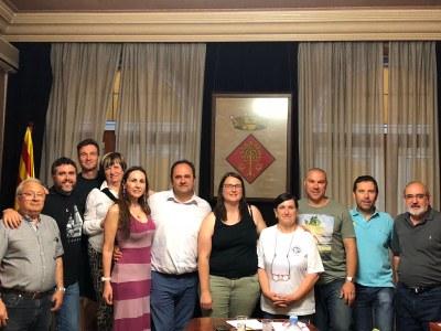 Fotografia dels membres del ple amb la regidora sortint Mònica Bernat