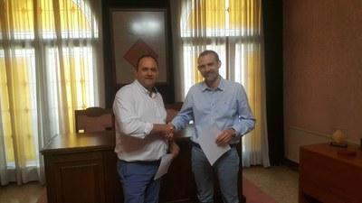 Acte de signatura amb l'alcalde de Juneda, Antoni Villas, i el senyor David Gall Martin, de Sorea